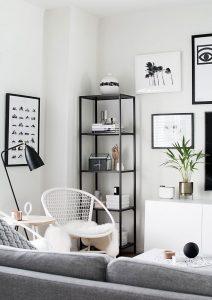 Wohnzimmer moderner Stil mit Pflanze, Regal, Couch und AROMEA AERA
