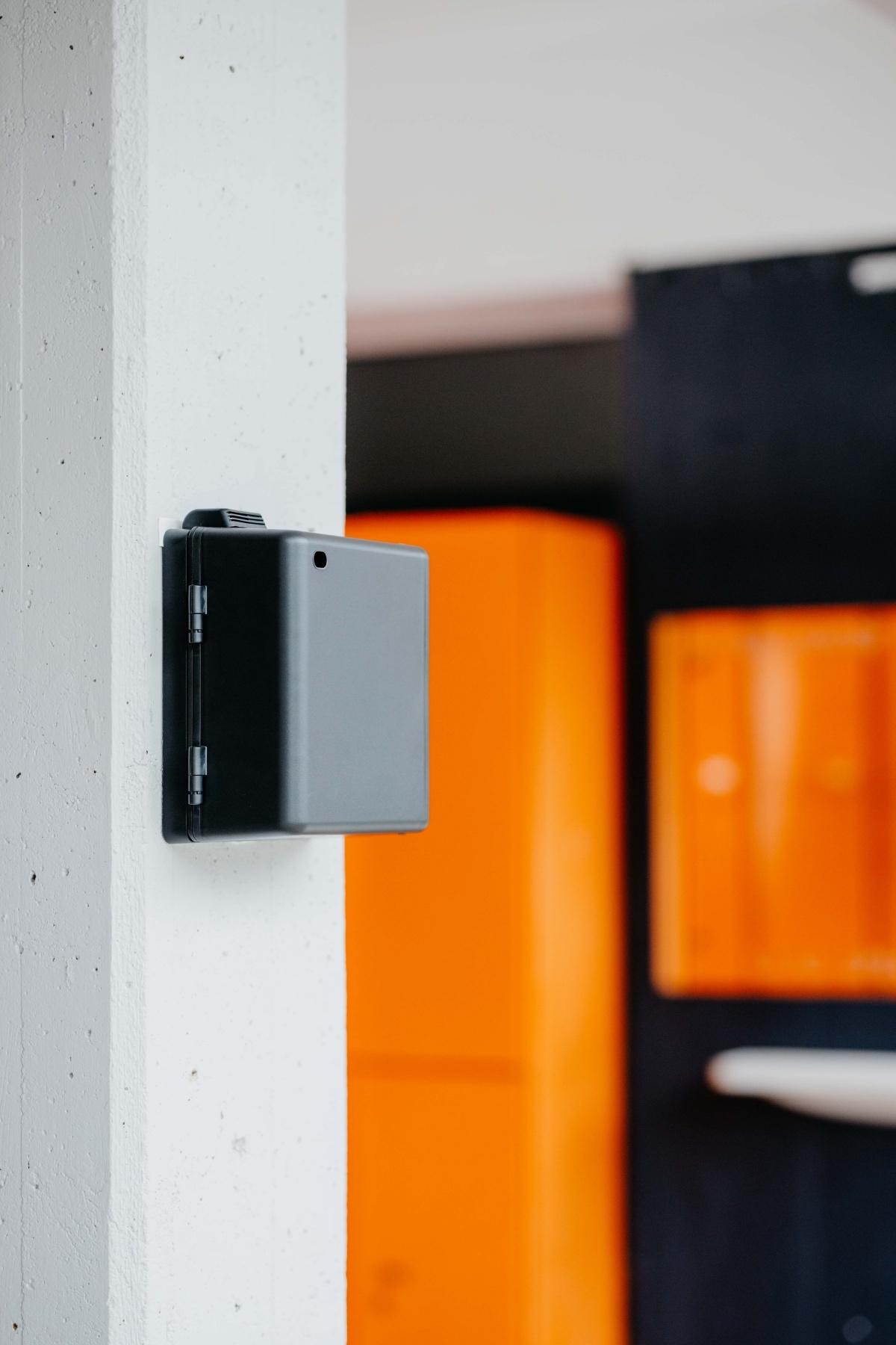 Aromea Nano Pro 5 an wand mit orangem hintergrund