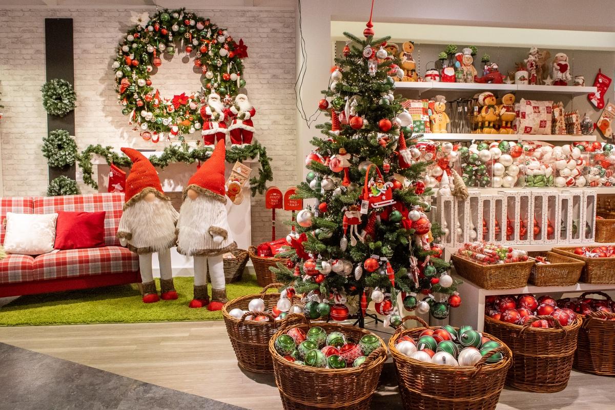 Christbaum und Wichtel und Weihnachtsschmuck auf Verkaufsfläche