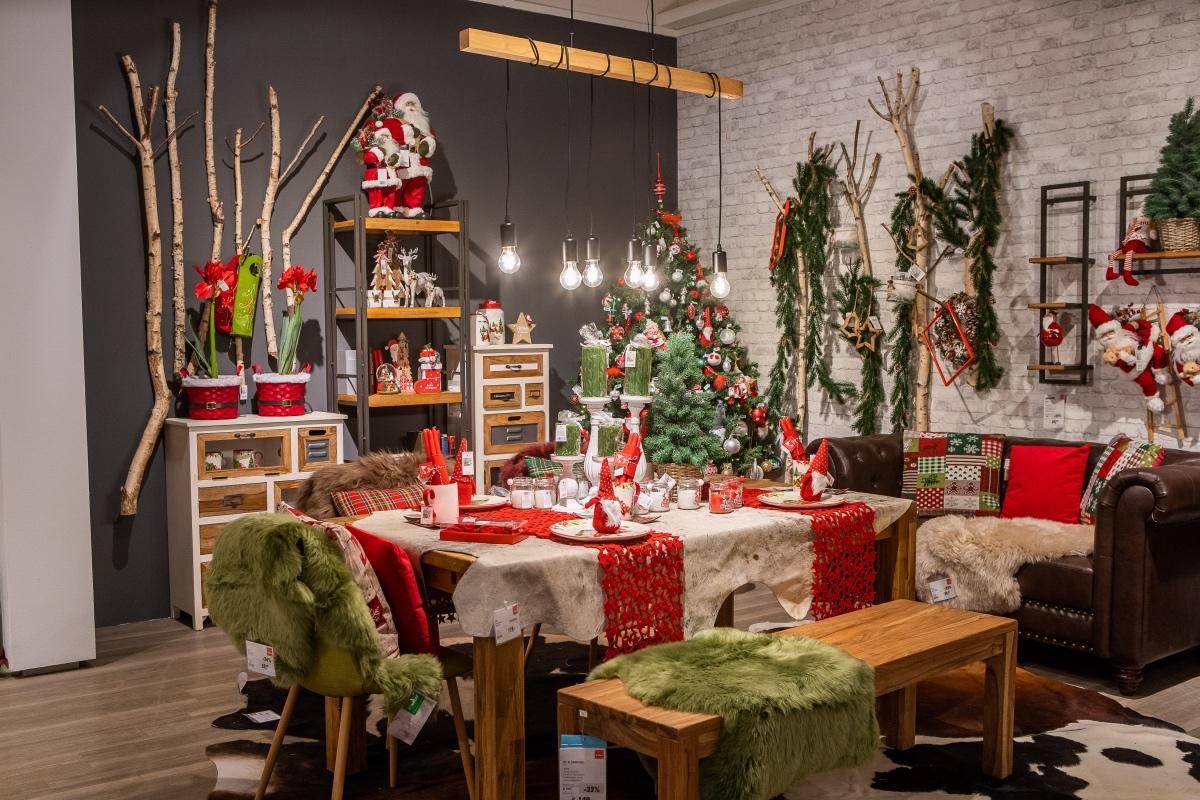 weihnachtlich geschmückter Tisch