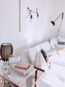 wohnzimmer weiße couch und moderner stil mit bild an der wand und regal