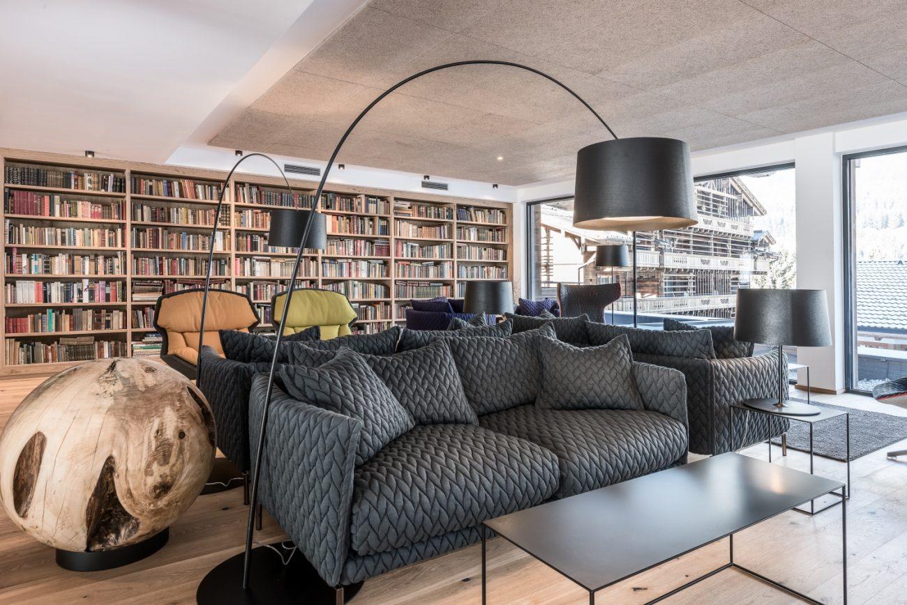 graue Couch in Bücherei mit Bücher