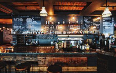 Eine Bar und Spitiuosen