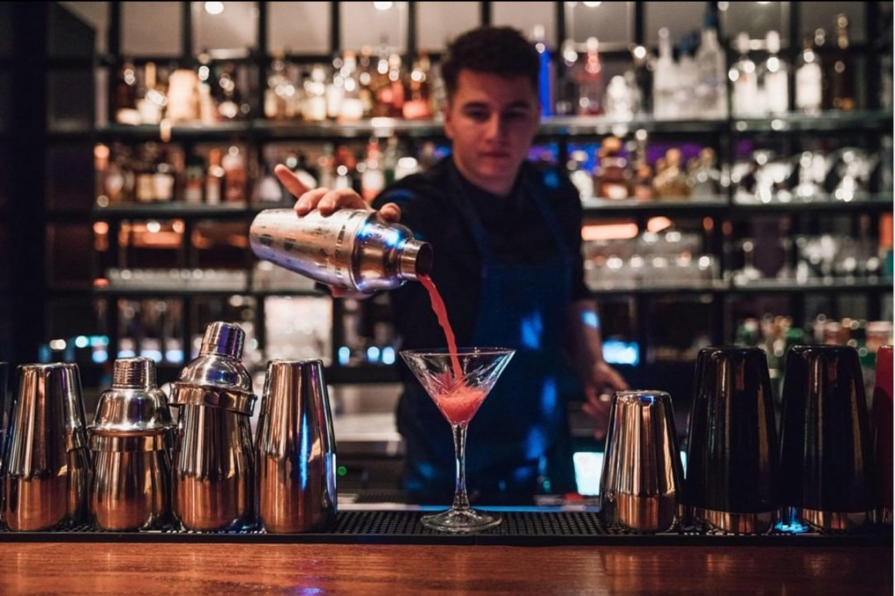 Barkeeper beim Cocktail zubereiten