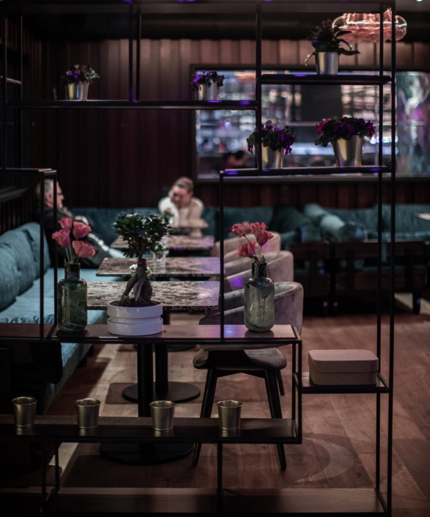 Bar mit Stühlen und Tischen