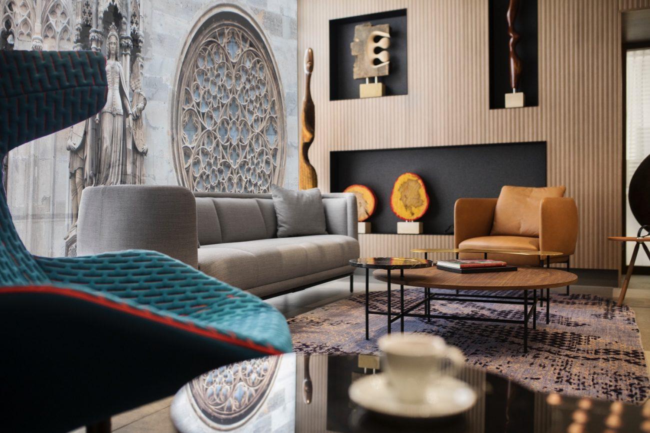 Hotellobby mit Couch und Sessel und Holzwand