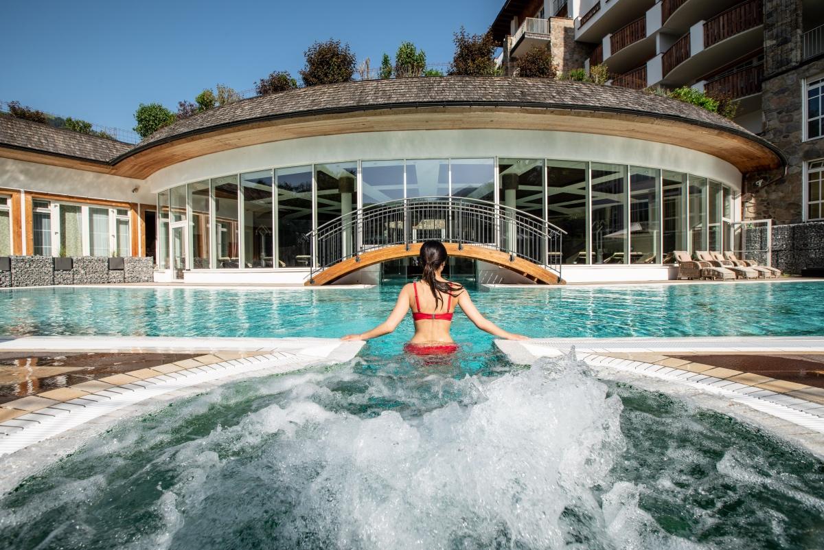 Frau im Pool mit Whirlpool