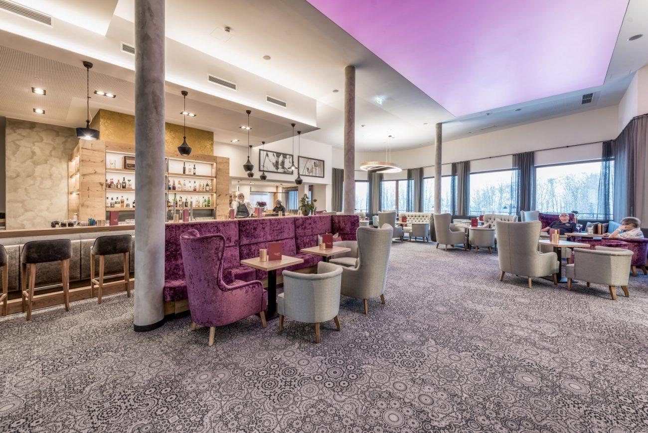 Hotelbar mit Stühlen