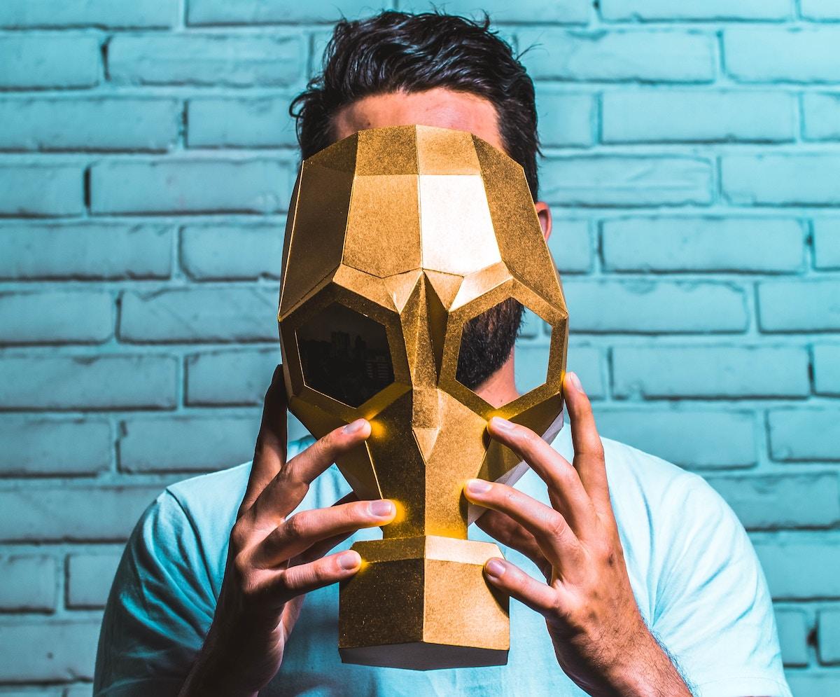 Mann mit goldener Gasmaske