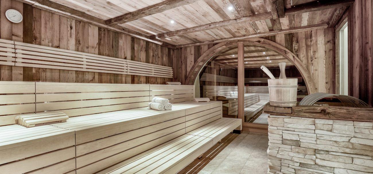 Sauna aus Holz mit Stein