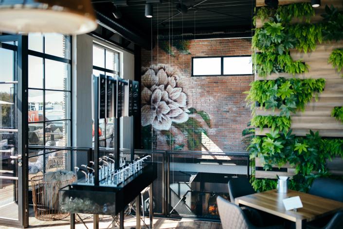 Restaurant mit Pflanzenwand