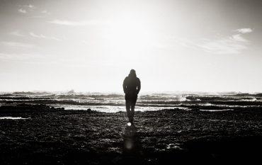 Ein Mann geht Richtung Sonne