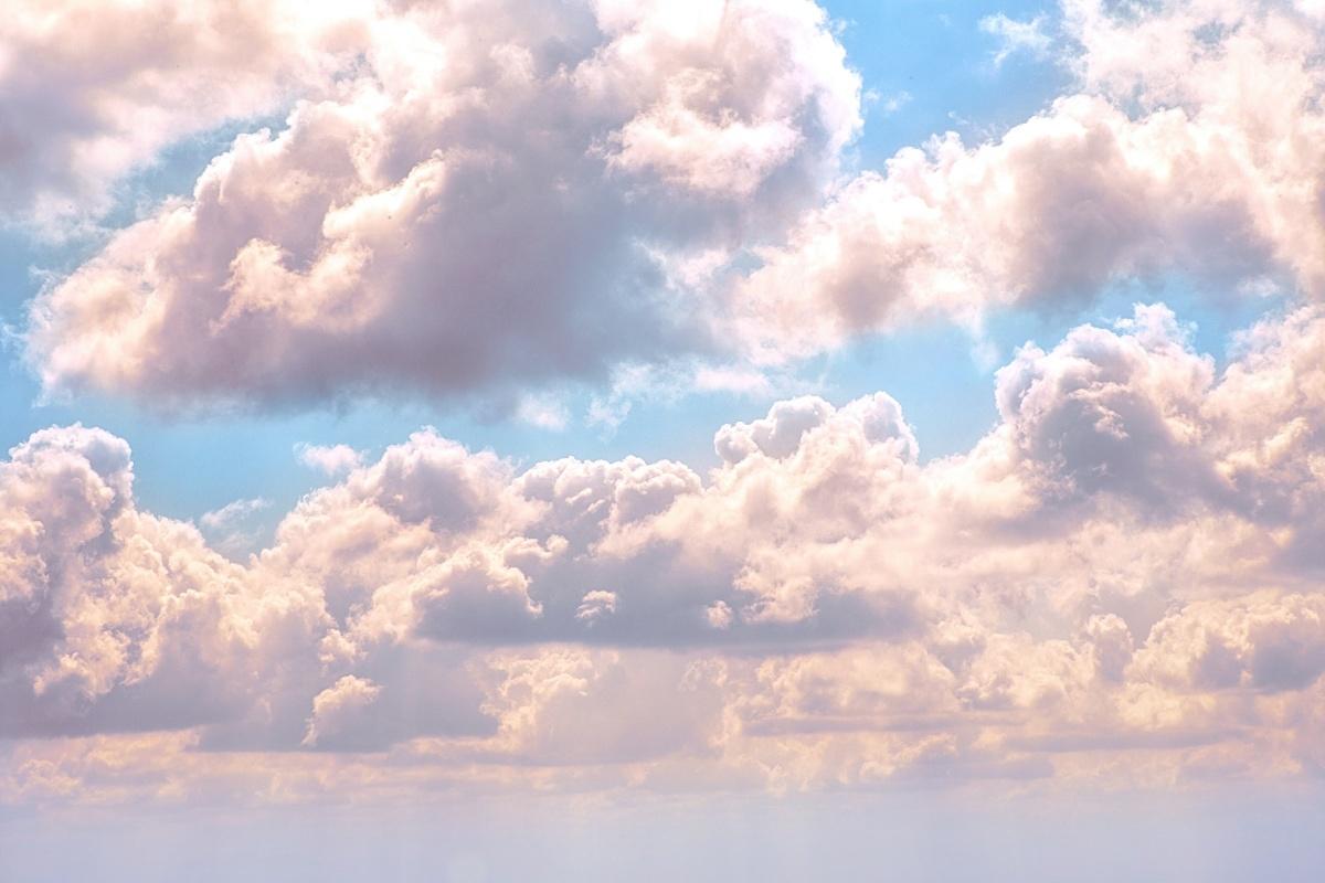 weiße und rosa wolken auf blauem himmel