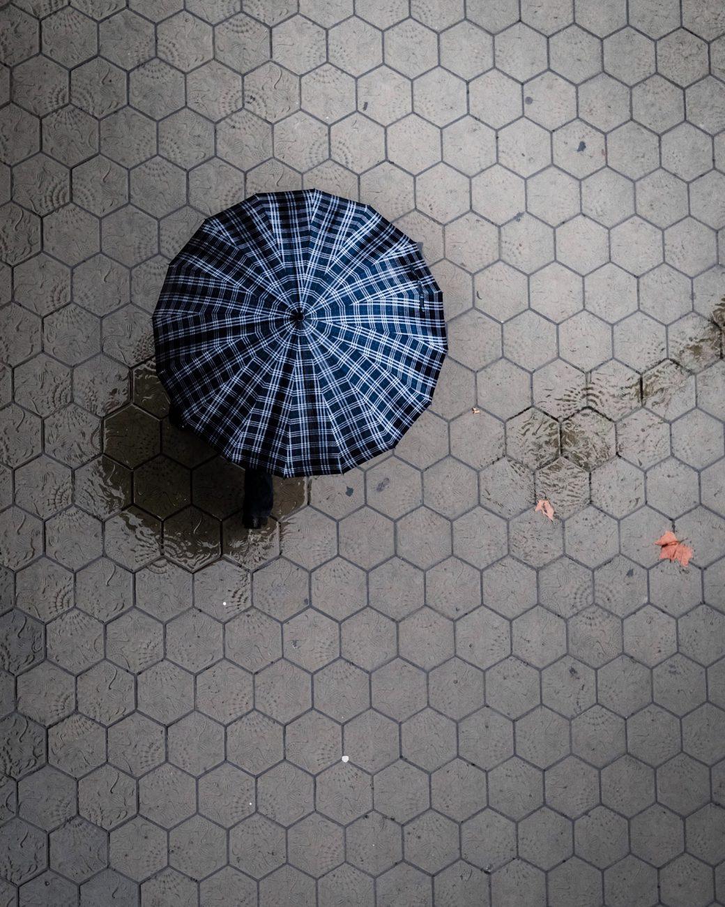 Mit Regenschirm unterwegs
