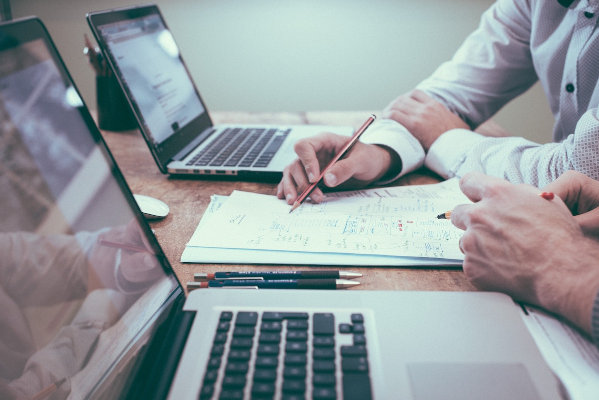 Laptops und Zettel auf einem Schreibtisch