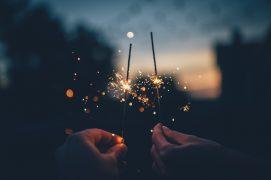 zwei Sternspritzer in der Nacht von Menschen gehalten