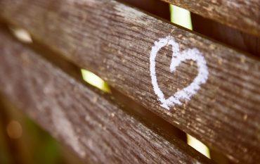 weißes Herz auf Holzzaun