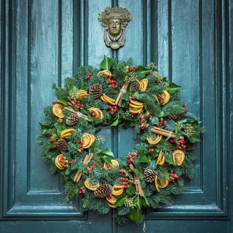 Tür mit Weihnachtsschmuck