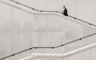 Ein Mann steigt Betontreppen hinauf