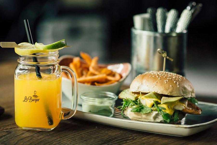 Burger-Meal mit Saft