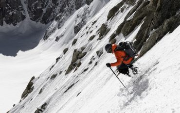 Mann fährt an steiler Piste offroad mit Ski, Berge, Schnee, Winter, Sport