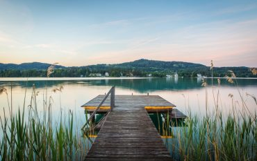 wörthersee sommer pier deck über see mit schilf