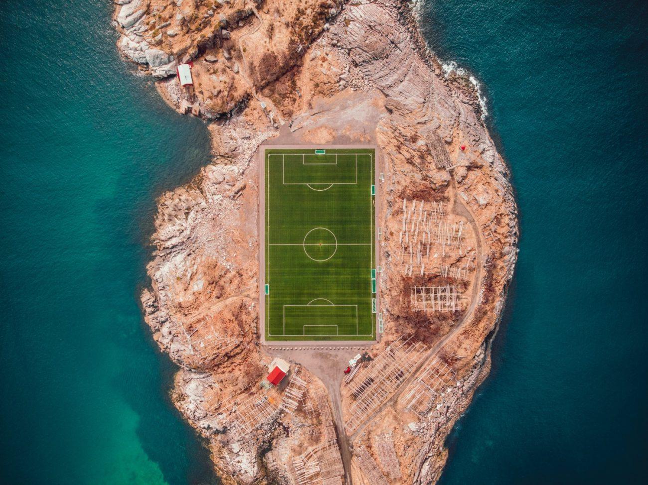 Fußballfeld im Meer
